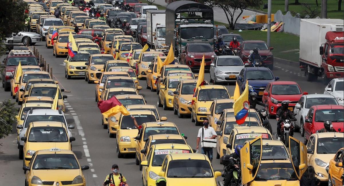 Taxista no cumple medidas de bioseguridad en Bogotá. Foto: EFE