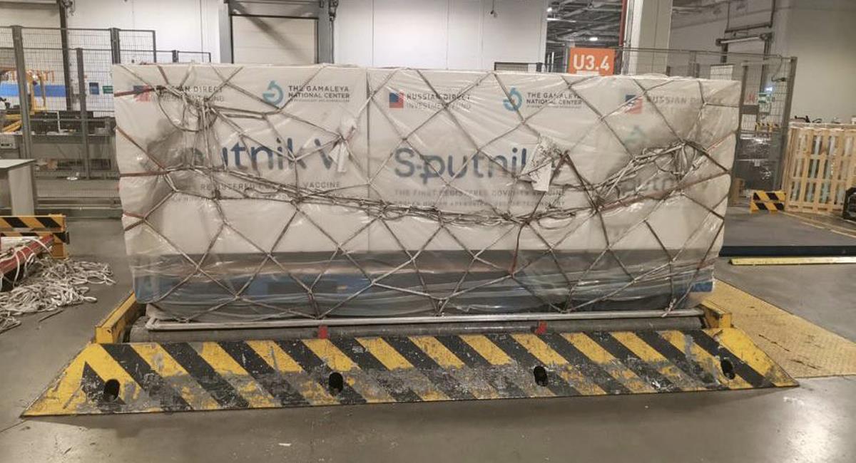 En un vuelo de Aerolíneas Argentinas en un avión acondicionado, llegaron a la Argentina 300.000 dosis de la vacuna rusa Sputnik V. Foto: Twitter @GabrielCastroOK