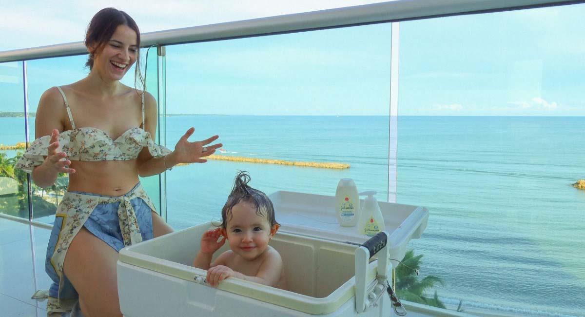 Laura Londoño disfrutando del baño con su hija. Foto: Instagram / @ londonotlaura