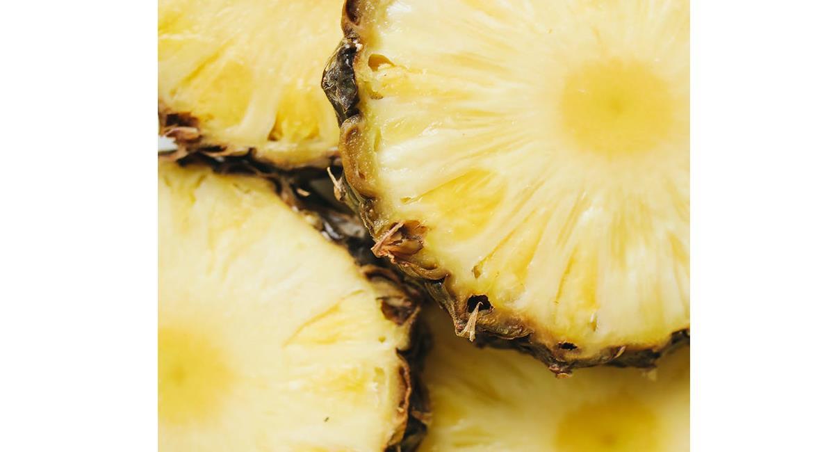 La piña contiene vitaminas, minerales y fibra solubles que te ayudan con tu nutrición. Foto: Pexels