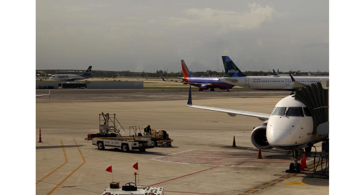 Las personas mienten para no perder sus vuelos y omiten la información de estar contagiados. Foto: Twitter @n_larenas
