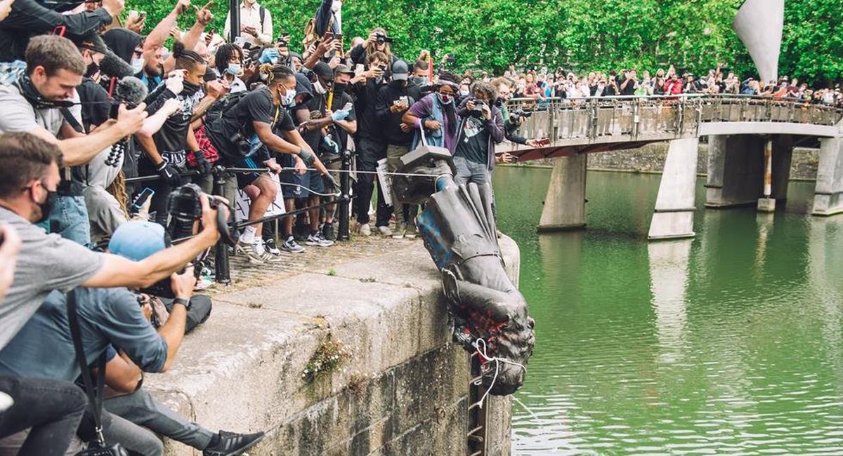 Muchos ciudadanos belgas han manifestado vergüenza por su pasado racista y han acabado con estatuas de Leopoldo, un rey exterminador de congoleses. Foto: Twitter @Jdrodric12