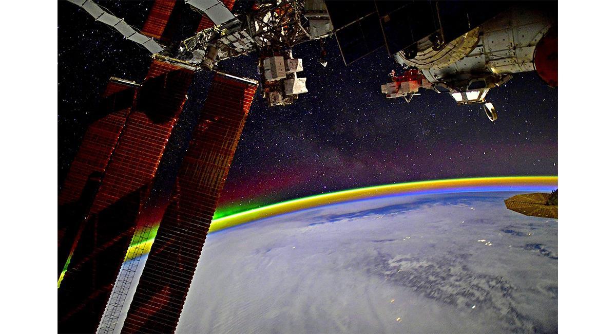 La aurora boreal también fue captada en pleno amanecer por el astronauta. Foto: Twitter @KudSverchkov