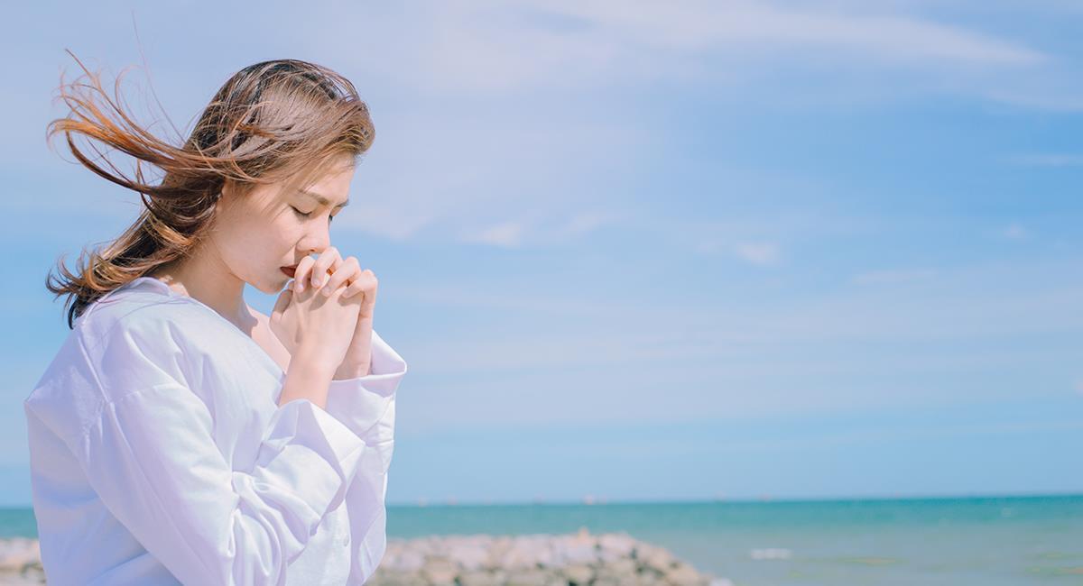 Oración para tener paz y librarte de todas las angustias. Foto: Shutterstock