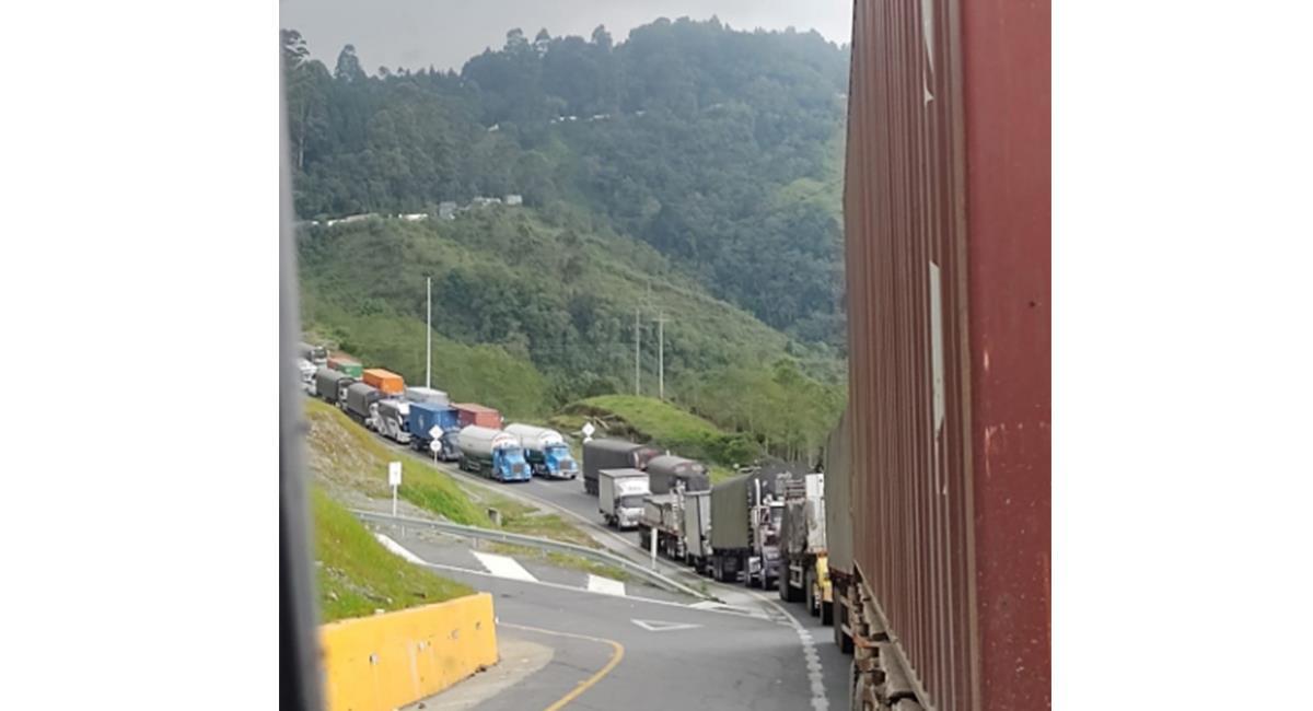 Los 'trancones' en la vía, se han vuelto algo cotidiano para los 'viajeros'. Foto: Twitter @Covco
