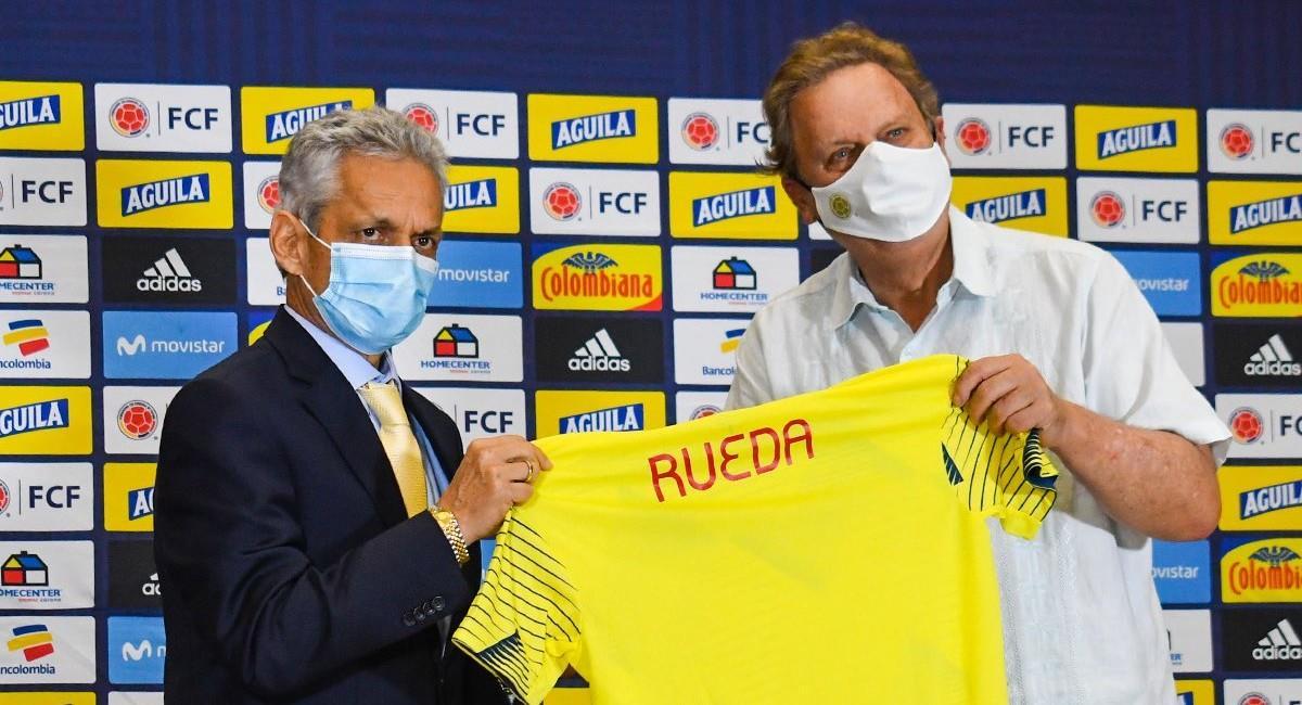 Reinaldo Rueda recibiendo la camiseta de la Selección Colombia. Foto: Twitter @FCFSeleccionCol