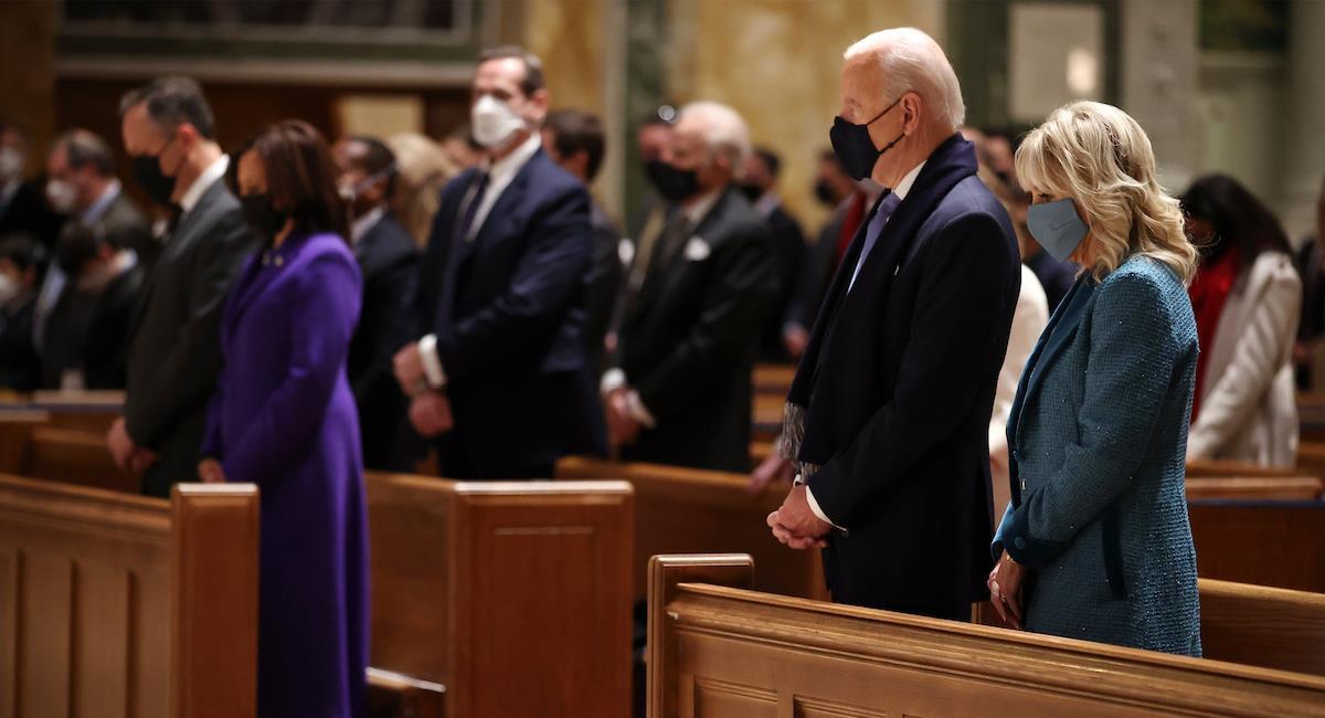 Joe Biden asiste a misa antes de su posesión como presidente. Foto: Twitter @UniNoticias