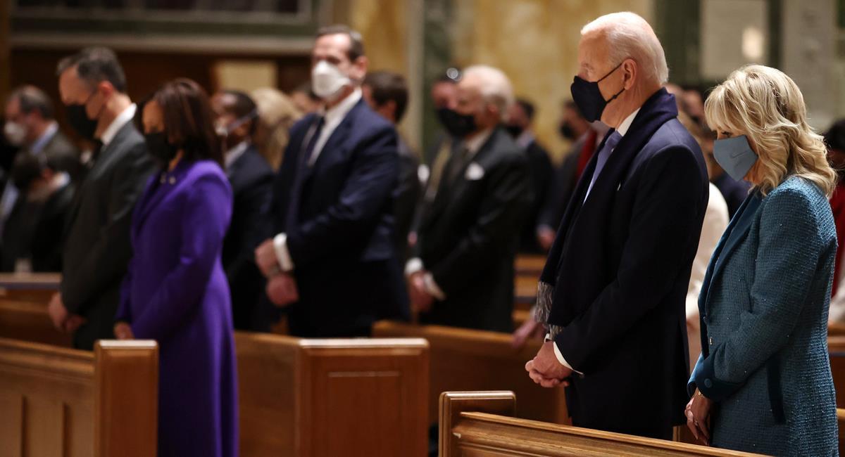 Antes de su posesión presidencial, Joe Biden asistió a una misa en la Catedral de San Mateo en Washington. Foto: Twitter @UniNoticias