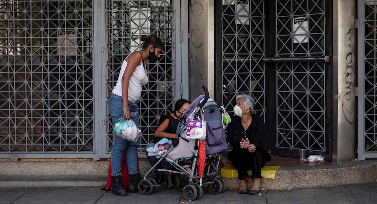 Ciudadanos venezolanos esperan donativos para poder vivir. Foto: EFE