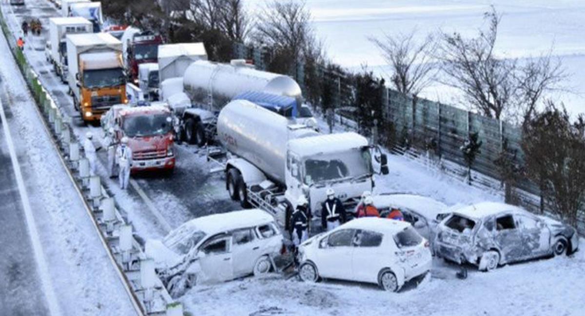 Una fuerte nevada causó un impresionante accidente en el que se vieron involucrados 134 vehículos en Japón. Foto: Twitter @catastrofesmun