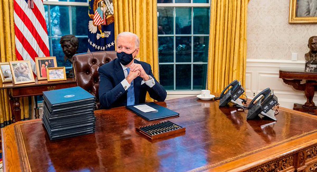 Joe Biden pidió eliminar del Despacho Oval de la Casa Blanca el botón rojo que Donald Trump usaba para pedir gaseosa. Foto: Twitter @Forbes_Mexico