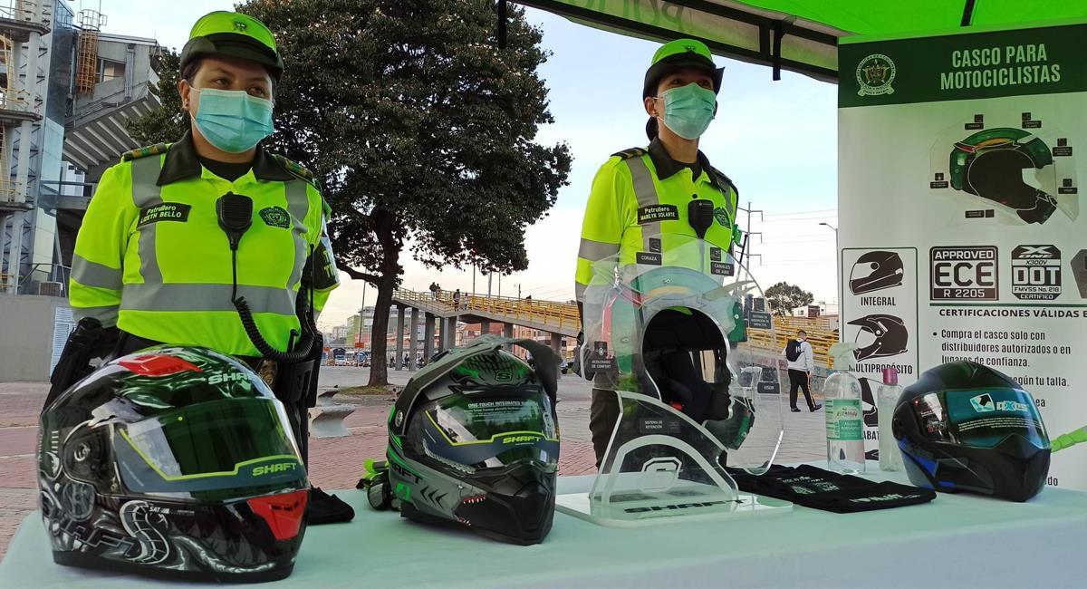 La Policía de Tránsito exhibe los diferentes tipos de cascos que pueden ser utilizados según la Resolución 23385 de 2020. Foto: Twitter @_laportentosa