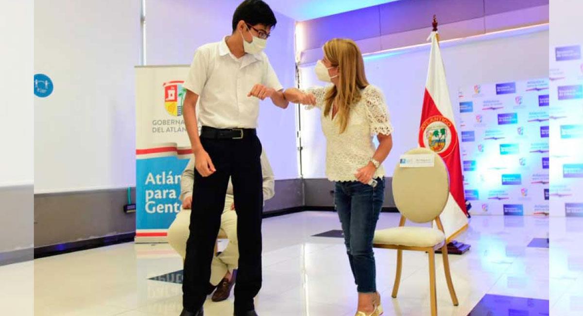 Los estudiantes destacados recibieron un equipo portátil donados por la Fundación Finsocial. Foto: Twitter @Gobatlantico