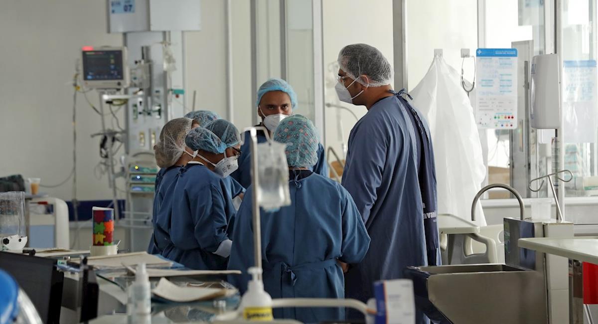 Médicos en Bogotá atienden a un paciente de UCI. Foto: EFE