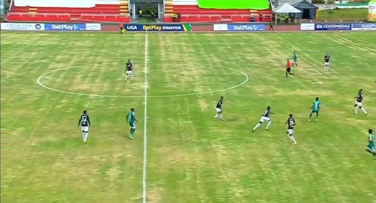 La cancha del Estadio de Zipaquirá estaba en terribles condiciones para el partido entre Equidad y Nacional. Foto: Twitter Captura @WinSportsTV