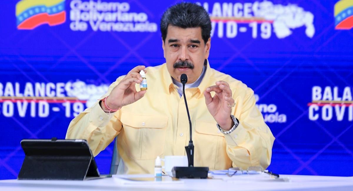 Maduro presenta gotas milagrosas que neutralizan el coronavirus. Foto: EFE