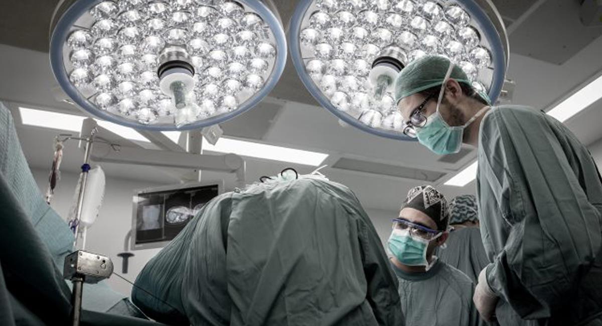 En una delicada intervención de 15 horas, un hombre en Francia recibió dos brazos en un trasplante. Foto: Twitter @ONT_esp
