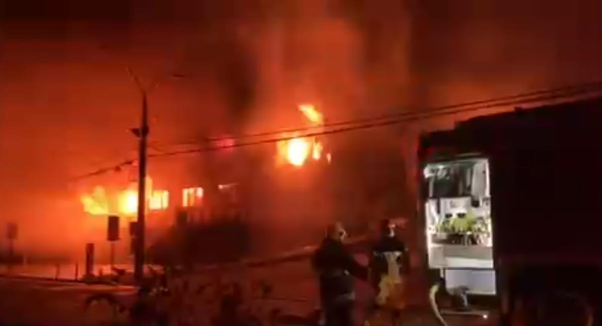 Bomberos de Panguipulli intentan sofocar las llamas que consumieron los edificios municipales. Foto: Twitter @factal