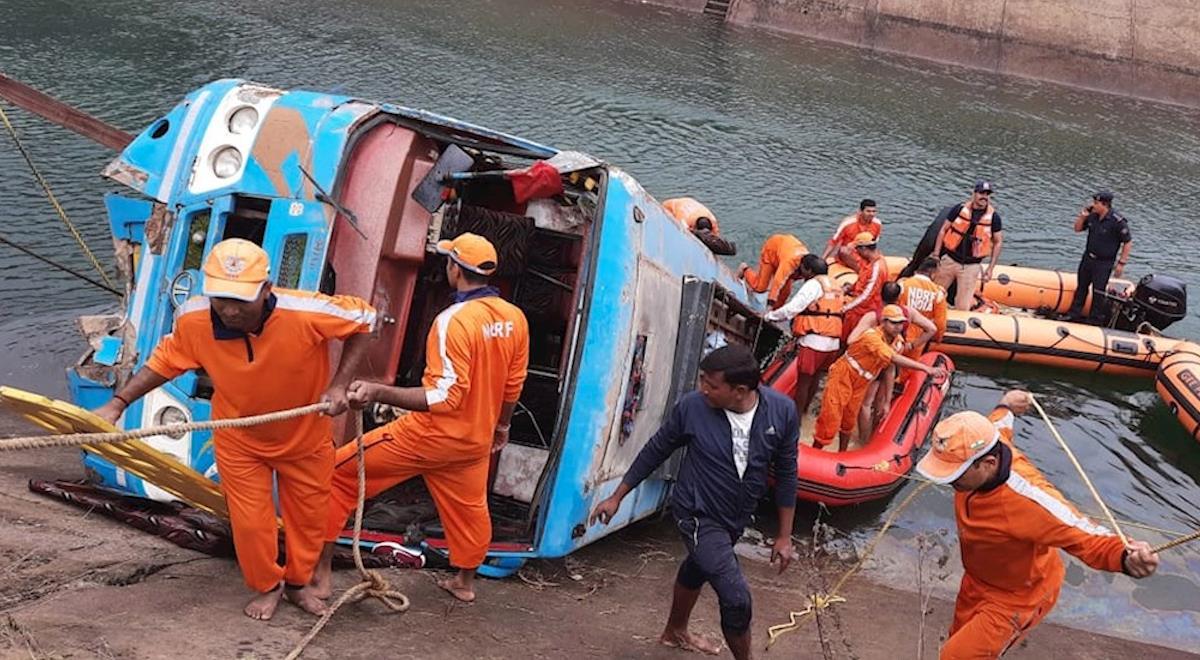 Socorristas buscan personas desaparecidas tras el accidente. Foto: EFE