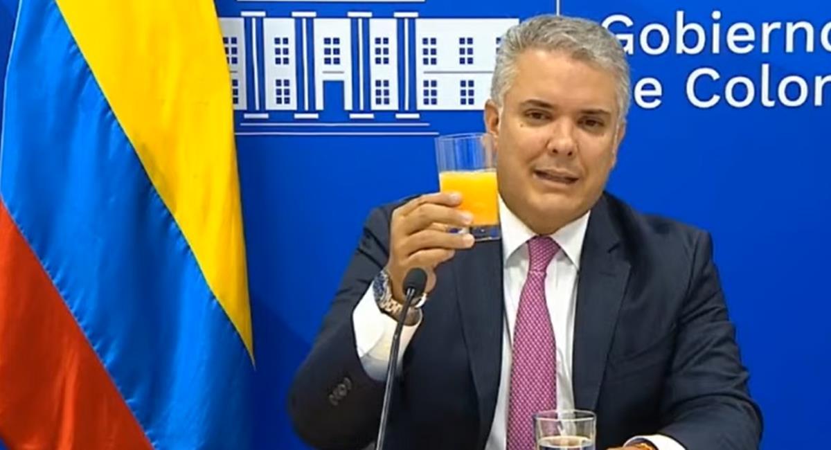 El presidente Iván Duque explicó con jugo de naranja un aspecto de impulso a la economía en un foro internacional. Foto: Captura de video