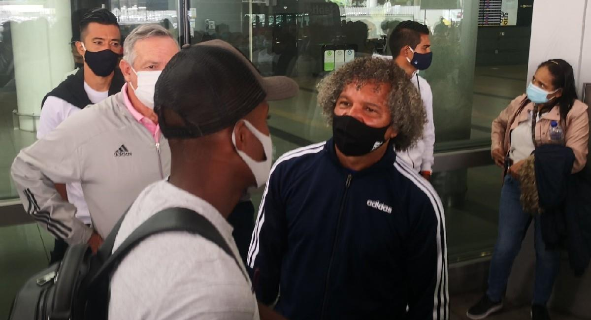 Andrés Felipe Román y el técnico Alberto Gamero. Foto: Twitter @Theo_Gonzalez
