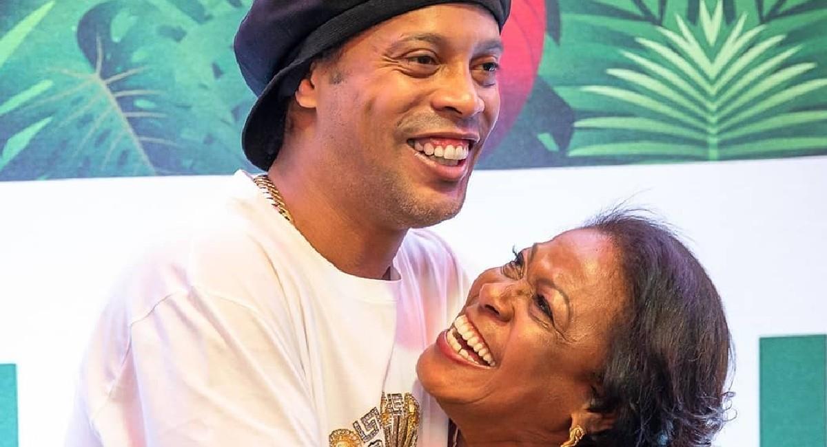 Ronaldinho con su madre Miguelina Elói Assis dos Santos. Foto: Instagram @ronaldinho