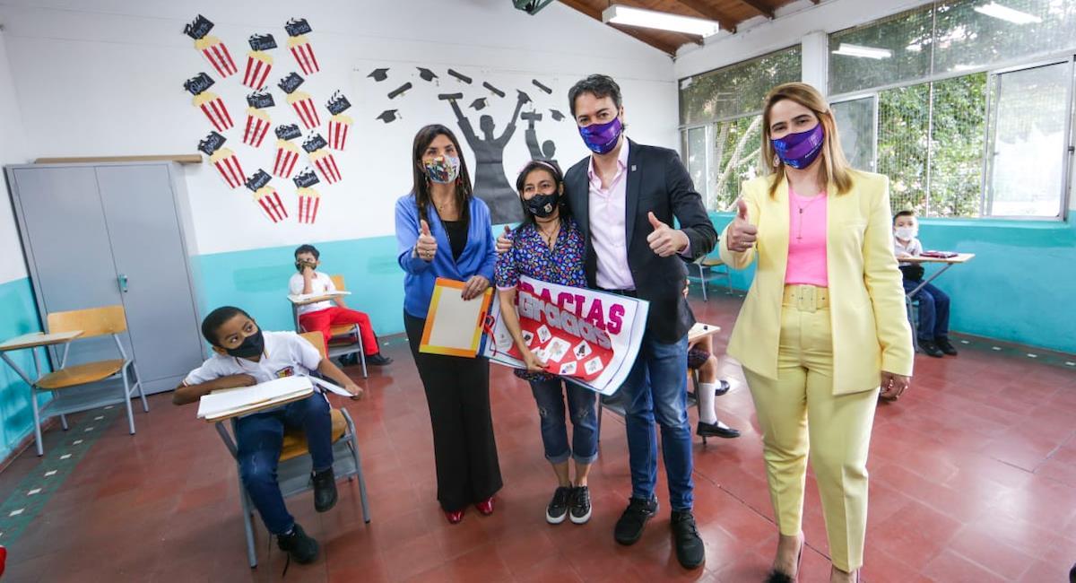 Colombia continúa con el regreso gradual de los estudiantes a las aulas de clase. Foto: @AlcaldiadeMed