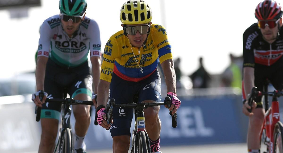 Sergio Higuita llegando en la tercera posición en la etapa 3 del Tour de los Emiratos. Foto: Twitter @EFprocycling