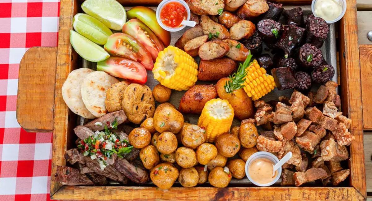 La fritanga es uno de los platos típicos que no puedes dejar de probar en Bogotá. Foto: Shutterstock