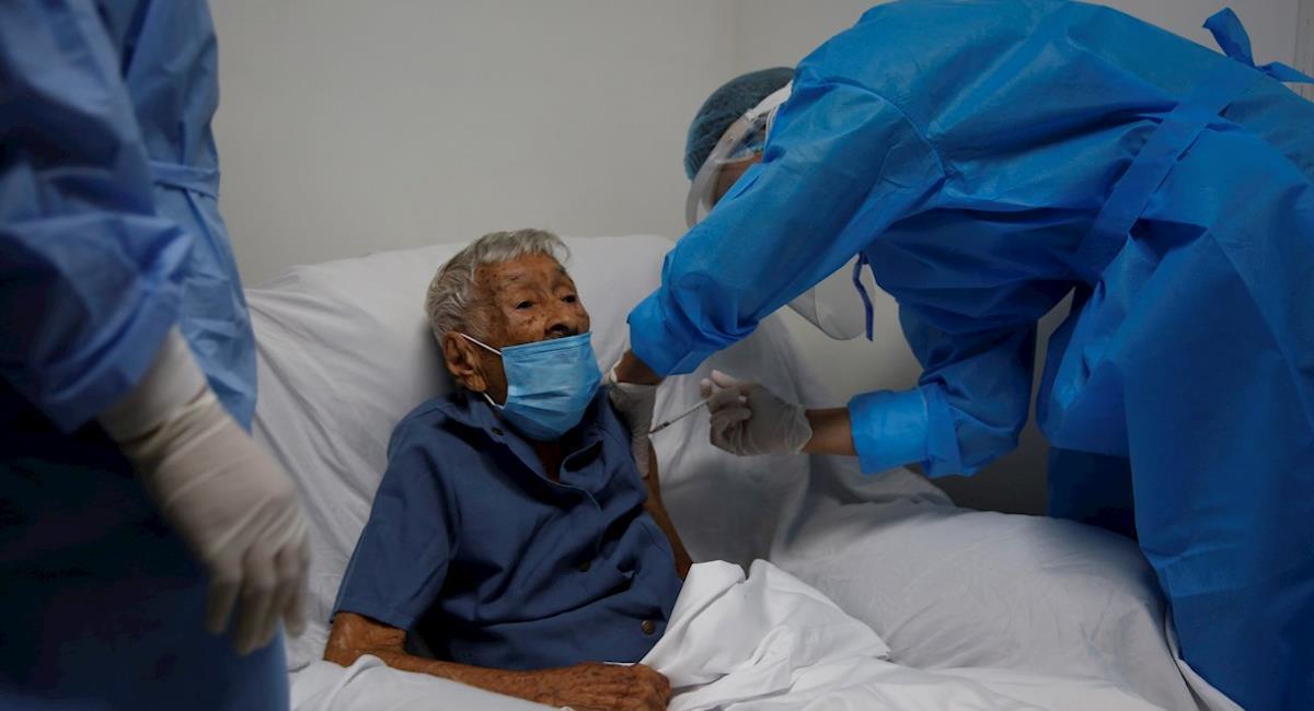 Inicia la vacunación de adultos mayores en Cali. Foto: EFE