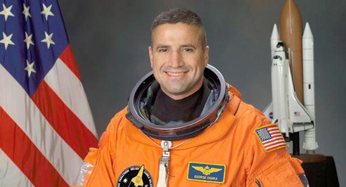 El astronauta de origen colombiano George Zamka Pérez ha llevado la bandera de Colombia en el espacio. Foto: Twitter @Astropular