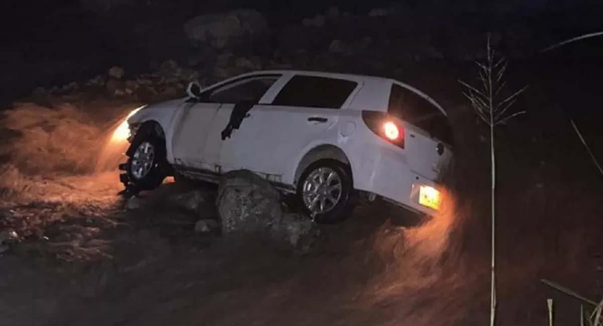 El carro quedó colgando de una piedra en medio del río Frío, en Huila. Foto: Twitter / @zabaleta23