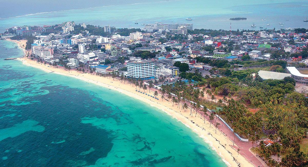 El oleaje en las playas de San Andrés, ha superado los 4 metros de altura. Foto: Twitter @Noticaribe