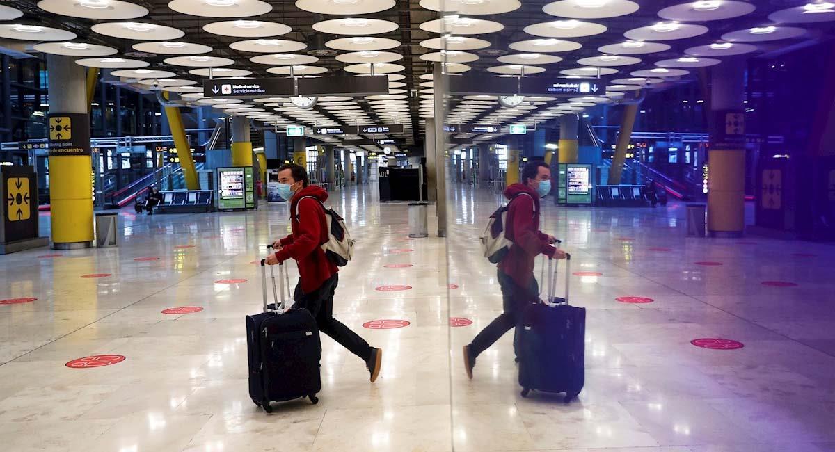 Un pasajero cruza una de las salas del Aeropuerto Adolfo Suárez Madrid-Barajas. Foto: EFE