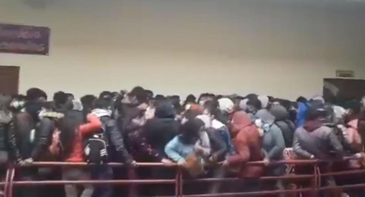 Siete estudiantes de la Universidad Pública El Alto en Bolivia fallecieron al caer desde el cuarto piso luego de que una baranda cediera. Foto: Twitter @AristeguiOnline