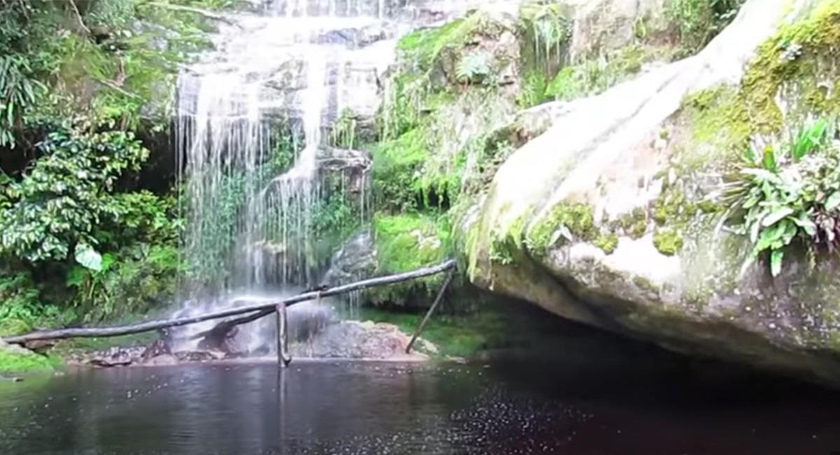 La cascada obtiene su color, de un yacimiento de mineral sobre la montaña. Foto: Youtube