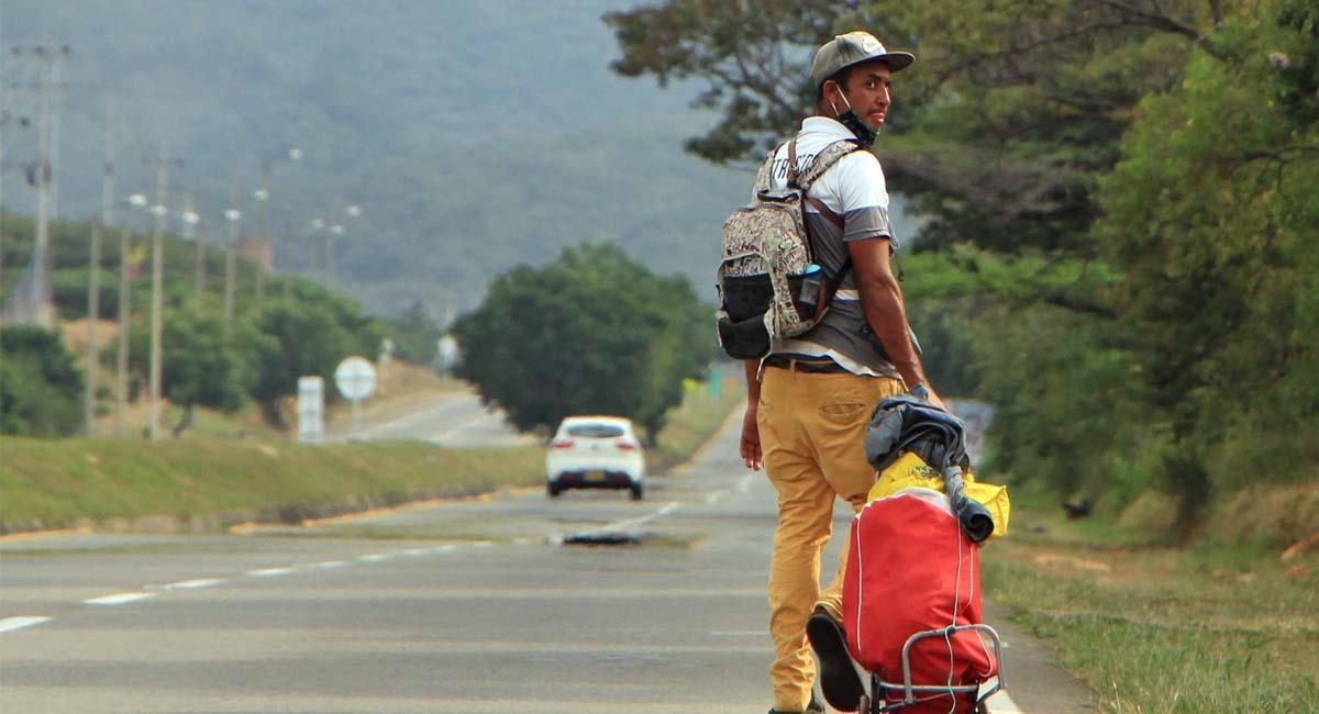 Ciudadano venezolano camina por una autopista cercana a Cúcuta. Foto: EFE