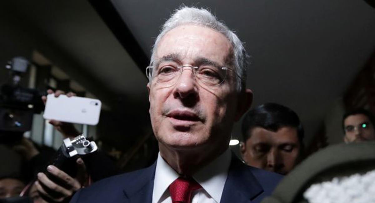 El expresidente Álvaro Uribe Vélez ha sido en la historia reciente, el único presidente privado de la libertad en el país. Foto: Twitter @JSymmesCobb