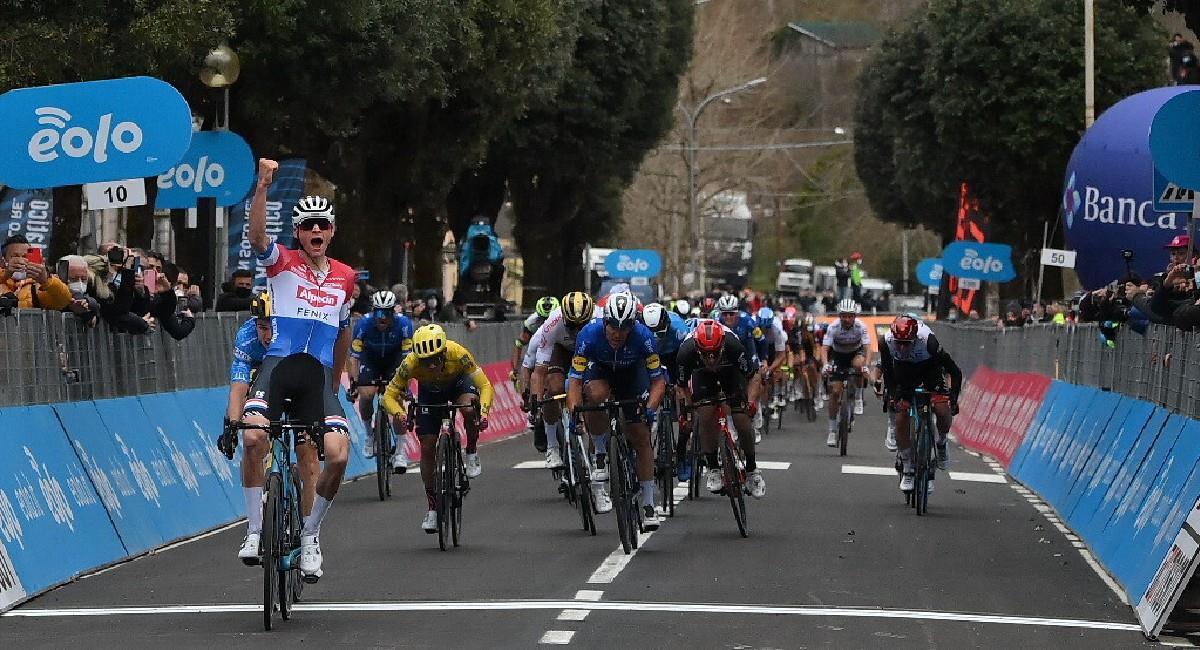 Sergio Higuita, de camiseta amarilla, entrando en la cuarta posición. Foto: Twitter @TirrenAdriatico