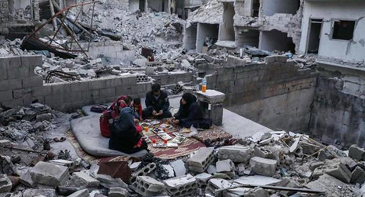 Gran parte del territorio sirio se encuentra en ruinas mientras la gente trata de sobrevivir. Foto: Twitter @mikelayestaran