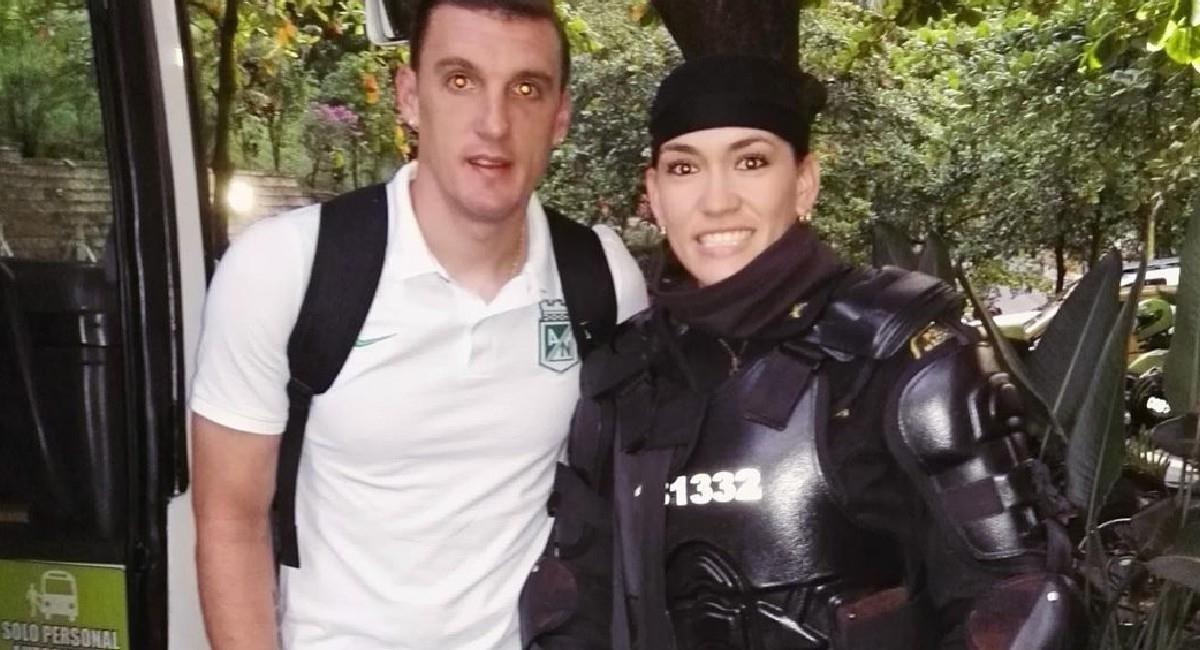 Katherine Tapia pudo tomarse una foto con Armani cuando custodiaba el bus de Atlético Nacional. Foto: Instagram @kate_tapia