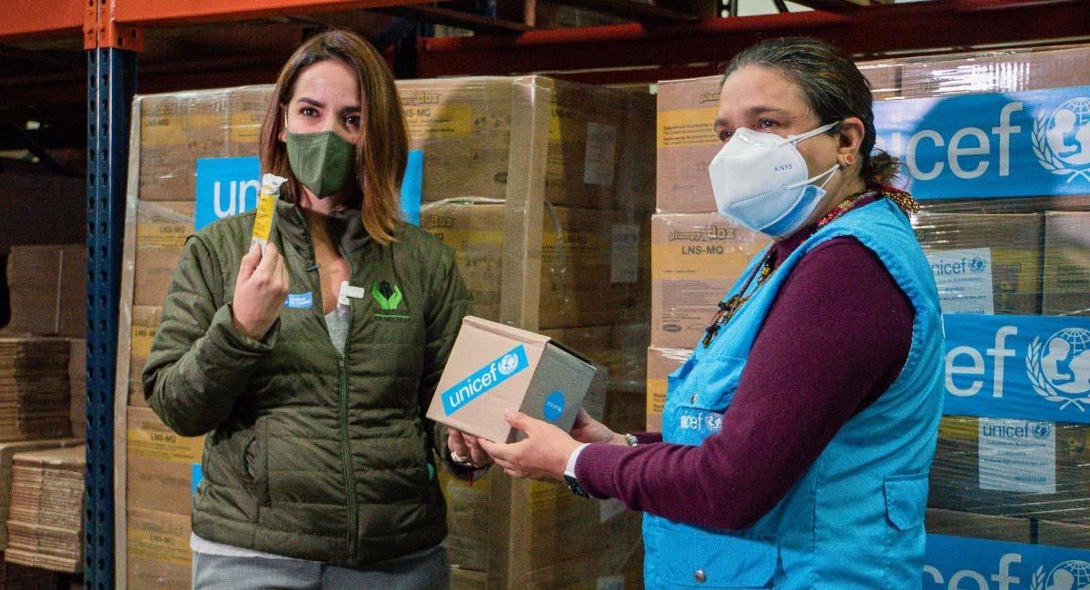 La directora del ICBF, Lina María Arbeláez (i), recibe una caja del suplemento. Foto: Cortesía Unicef