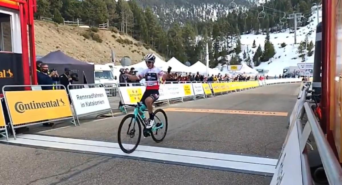 Esteban Chaves pasa la línea de meta en la etapa 4. Foto: Twitter @VoltaCatalunya