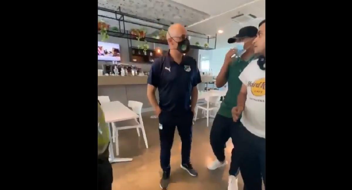 Alfredo Arias en discusión con hinchas de Deportivo Cali. Foto: Twitter