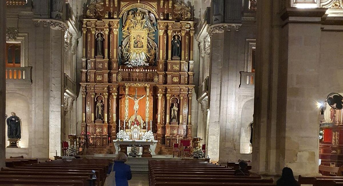 """Los feligreses, se aglomeraron """"para ver el milagro"""" de la Virgen de las Lágrimas. Foto: Twitter @GranadaHoy"""