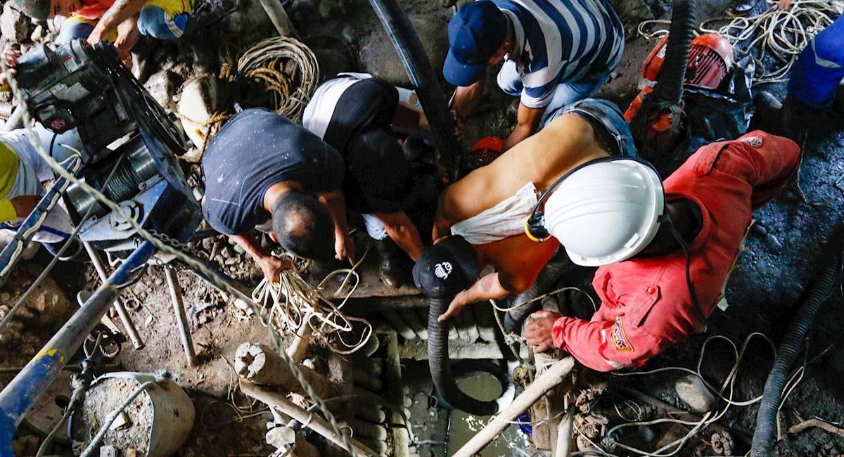 Brigadas de emergencia trabajan para intentar rescatar a los mineros atrapados. Foto: EFE