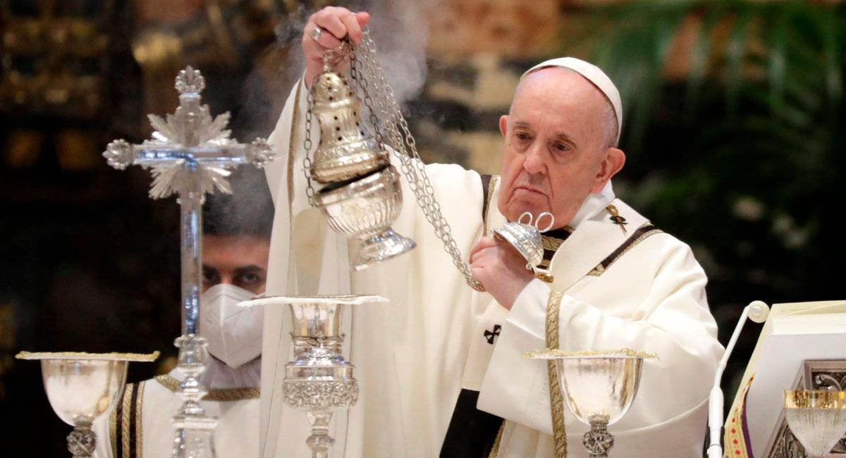 Papa Francisco oficia la misa Crismal en la basílica de San Pedro. Foto: EFE