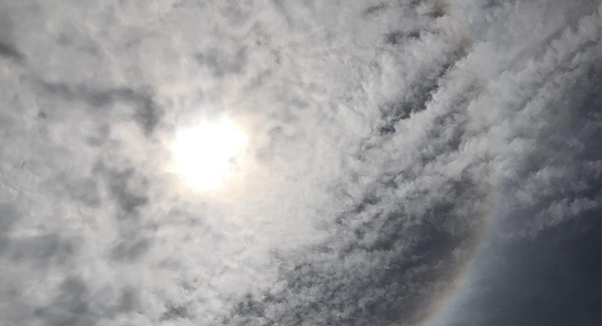 Los halos solares se generan por pequeños trozos de hielo en la tropósfera. Foto: Twitter @Eliordonezp