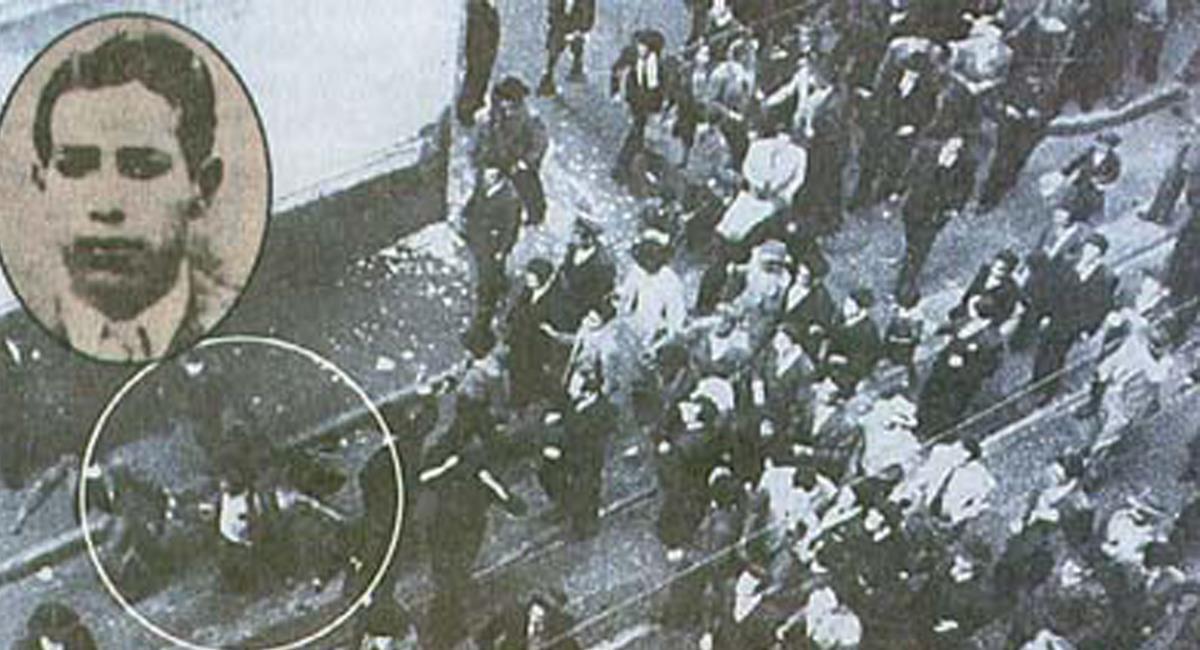 La turba encontró a un hombre agazapado y de inmediato emprendió su linchamiento, para luego, arrastrar su cuerpo por las calles. Foto: Twitter @P_Cultural