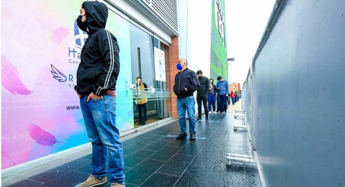 Ciudadanos hacen fila para ingresar a un centro comercial en Bogotá. Foto: Alcaldía de Bogotá